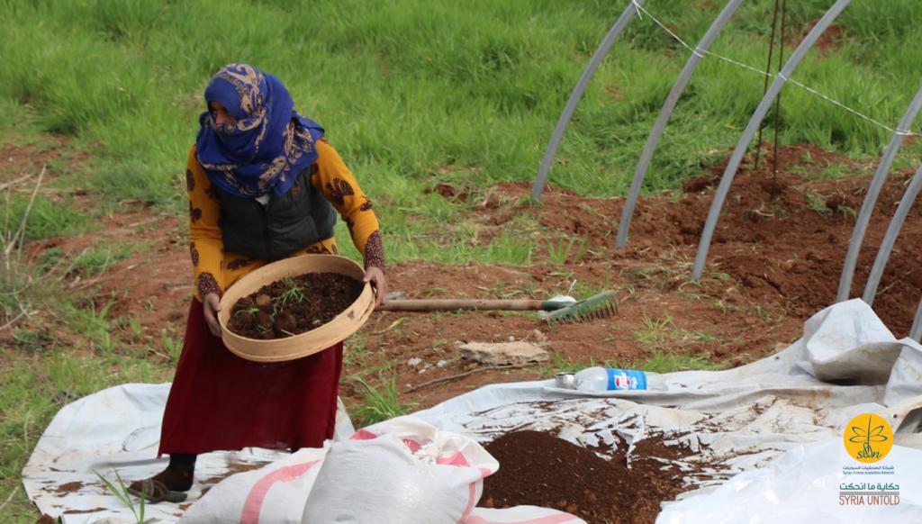 عمل النسوة في البيوت البلاستيكية لزراعة الخضار الصيفية من أجل تأمين قوتهم في jin war بتاريخ ٧ أذار ٢٠٢٠